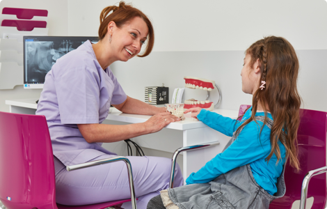 dentysta tłumaczy dziecku badanie